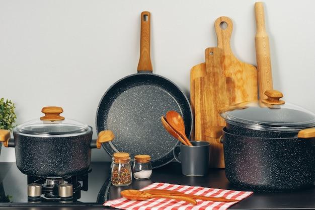 Set kookgerei gebruiksvoorwerpen op een aanrecht Premium Foto
