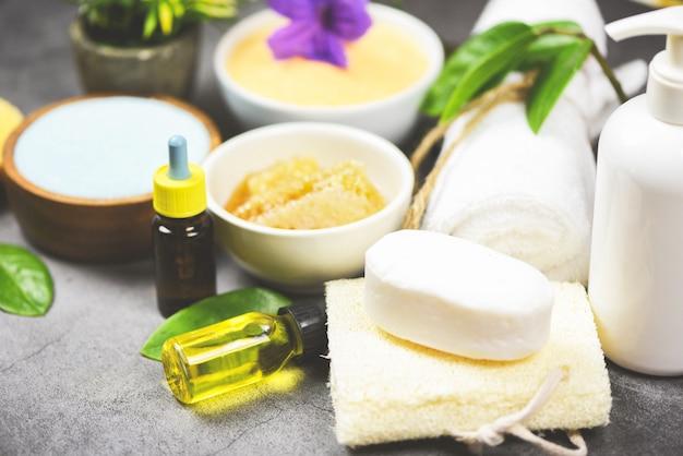 Set producten natuurlijke lichaamsverzorging kruiden dermatologie cosmetisch hygiënisch voor schoonheid huidverzorging persoonlijke hygiëne zout scrub objecten - natuurlijke badproducten borstel zeep kruiden spa aromatherapie olie Premium Foto