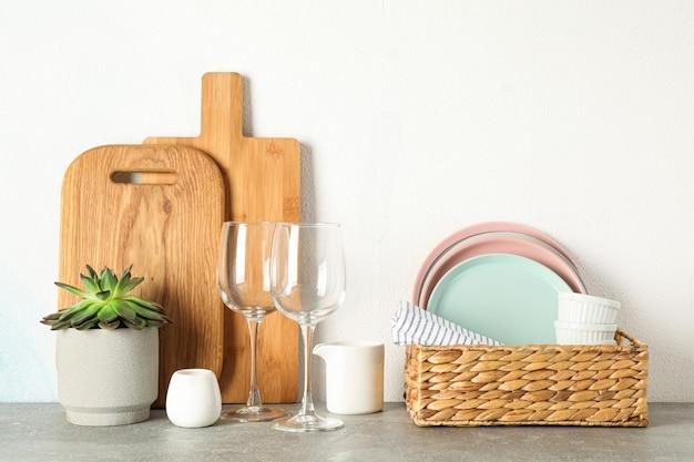 Set serviesgoed met vetplant op grijze tafel, ruimte voor tekst Premium Foto