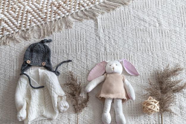Set stijlvolle handgemaakte gebreide kinderkleding met verschillende accessoires in de boho-stijl, bovenaanzicht. Gratis Foto