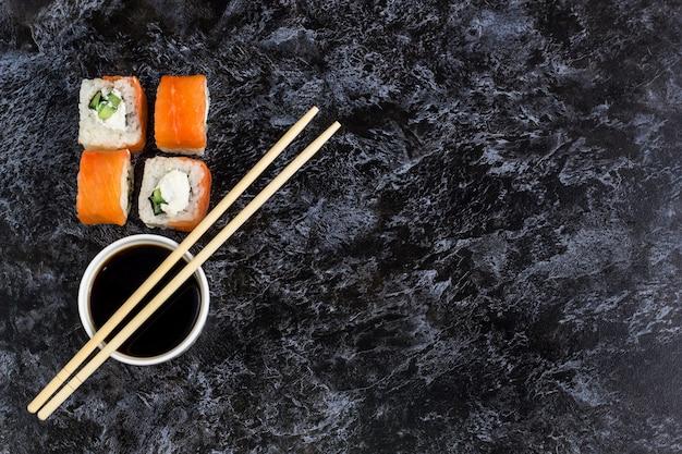 Set sushi en maki op stenen tafel. bovenaanzicht achtergrond copyspace Premium Foto