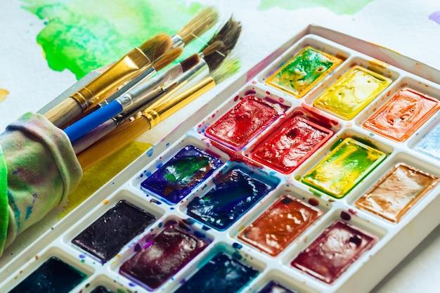 Set van aquarel verf en penselen voor het schilderen Premium Foto