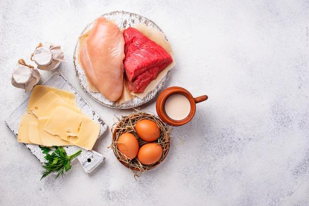 Set van boerderijproducten. vlees, eieren en melk Premium Foto