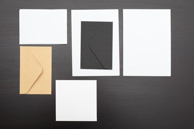 Set van branding briefpapier kaarten, papieren en documenten Premium Foto