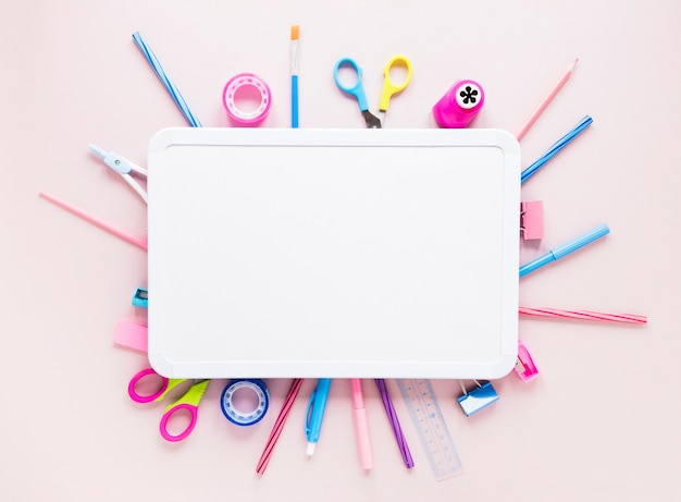 Set van briefpapier tools uitsteken onder tekentafel Gratis Foto