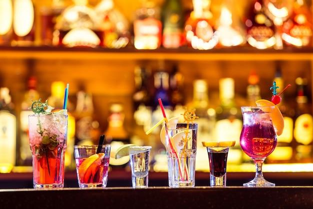 Set van cocktails aan de bar Premium Foto