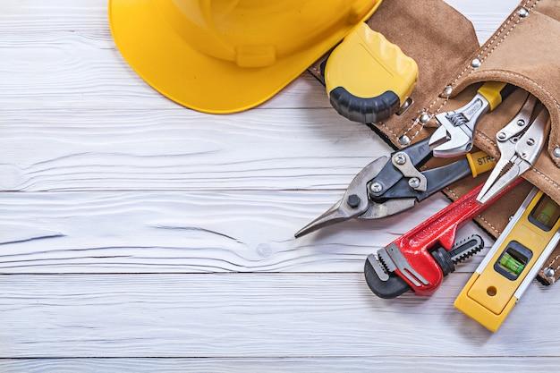 Set van constructie tooling in tool riem harde hoed op een houten bord Premium Foto