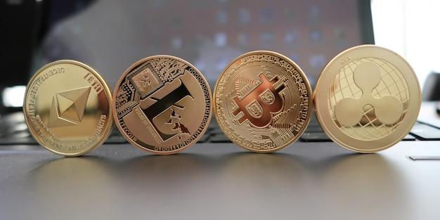 Set van cryptocurrencies met een gouden bitcoin, etherium, ripple, neo, litecoin Premium Foto