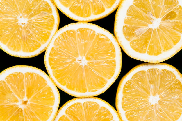 Set van de helft van sappige exotische sinaasappelen op zwarte achtergrond Gratis Foto