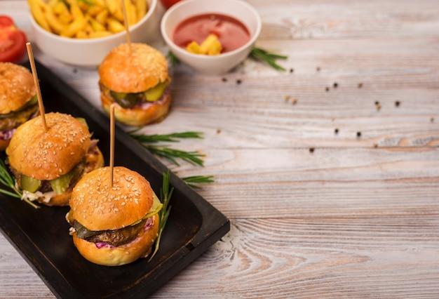 Set van fastfood snacks met tomatensaus Gratis Foto