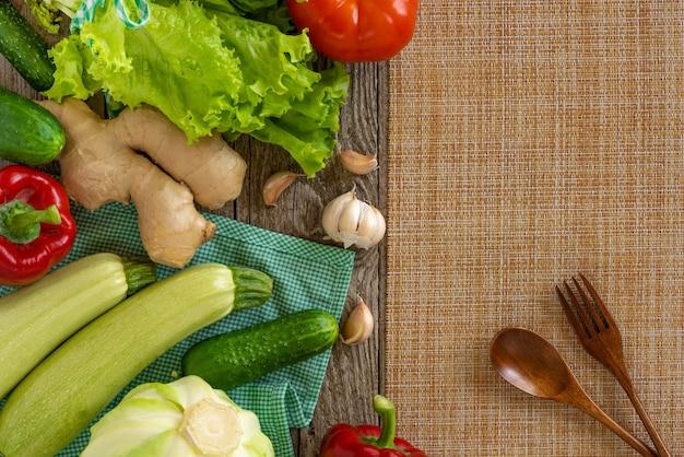 Set van groenten op tafel met een houten lepel en vork. Premium Foto