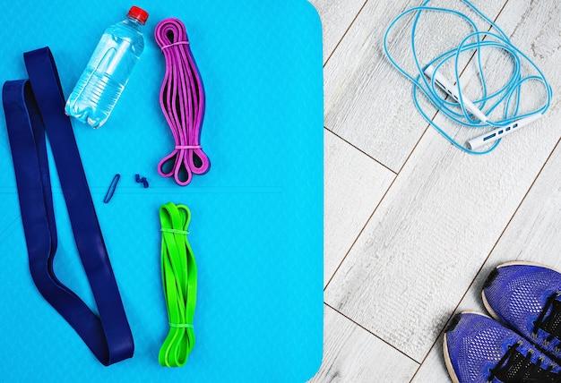 Set van heldere latex elastiekjes voor fitness, yogamat en flesje water Gratis Foto