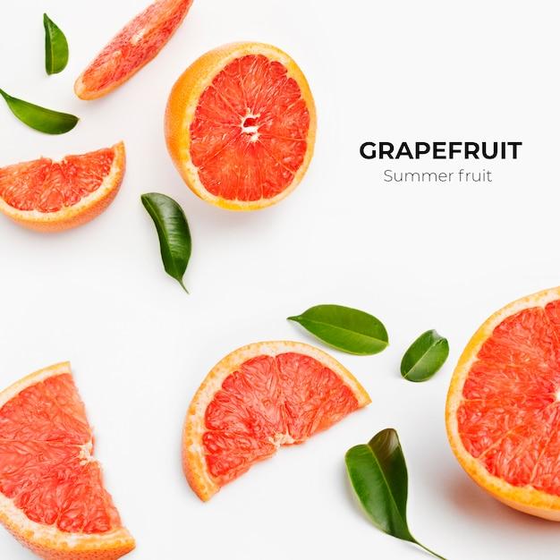 Set van hele en gesneden verse grapefruit en plakjes geïsoleerd op een wit oppervlak Gratis Foto