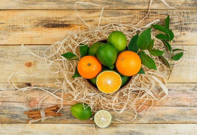 Set van kaneel en citrusvruchten op een houten bord Gratis Foto
