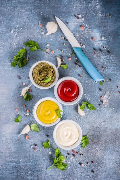 Set van klassieke sauzen en kruiden Premium Foto