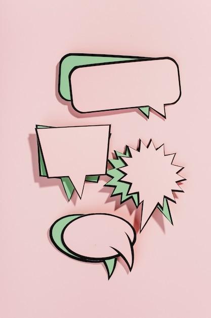 Set van lege komische tekstballonnen op roze achtergrond Gratis Foto