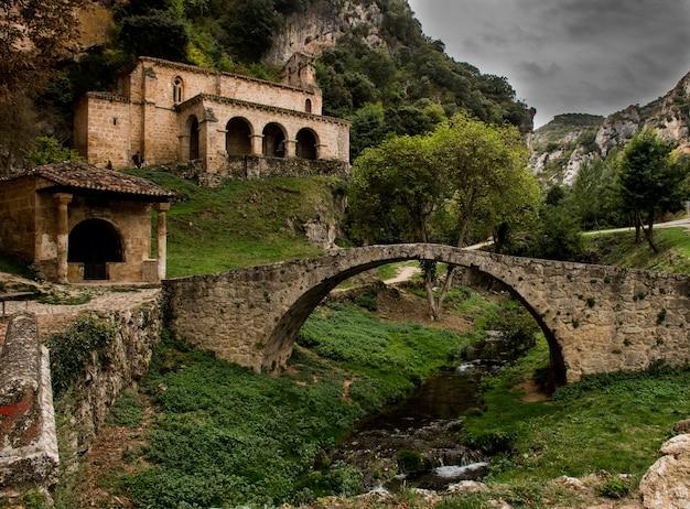 Set van middeleeuwse oorsprong met een kerk en een romeinse brug Premium Foto