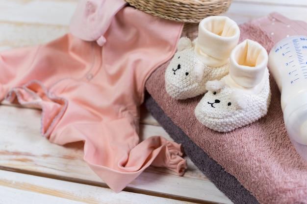Set van mode trendy kleding en kinderen spullen voor kleine baby meisje Premium Foto