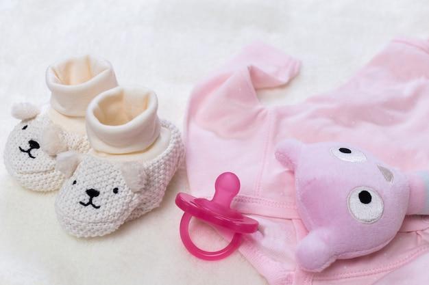 Set van mode trendy kleding en kinderen spullen voor kleine baby vrouw Premium Foto