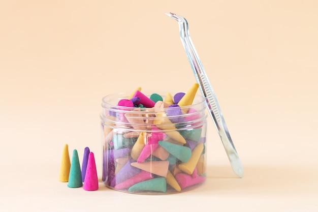 Set van multi gekleurde aroma wierook kegeltjes of stokjes in flesje Premium Foto