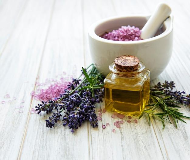 Set van natuurlijke organische spa-cosmetica met lavendelbloemen Premium Foto
