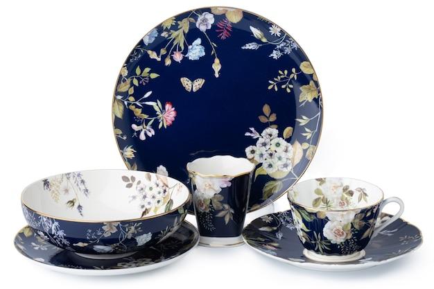Set van nieuw keramisch vaatwerk met ornament dat op wit wordt geïsoleerd Premium Foto