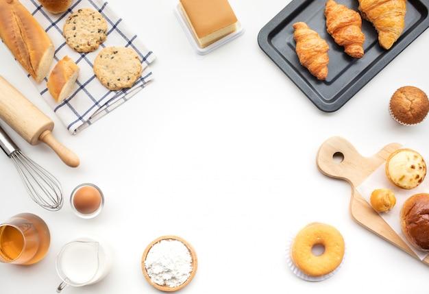 Set van ontbijt eten of bakkerij, cake op witte tafel Premium Foto