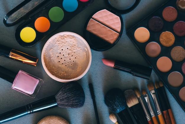 Set van professionele cosmetica, hulpmiddelen voor make-up en verzorging van de huid van vrouwen Premium Foto