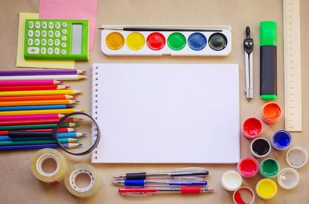 Set van schoolbenodigdheden voor creatief schrijven en tekenen Premium Foto
