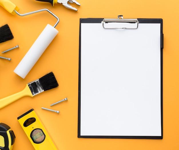 Set van tools en lege klembord met kopie ruimte Gratis Foto