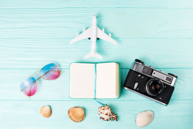 Set van verschillende accessoires voor vakantiereizen Gratis Foto