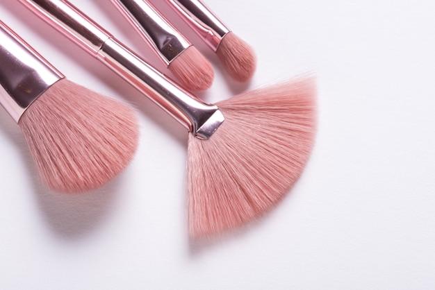 Set van verschillende cosmetische geborsteld op witte achtergrond Premium Foto