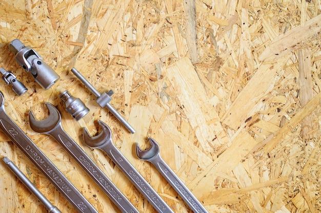 Set van verschillende handgereedschap voor reparatie of automonteur tools op triplex achtergrond Premium Foto