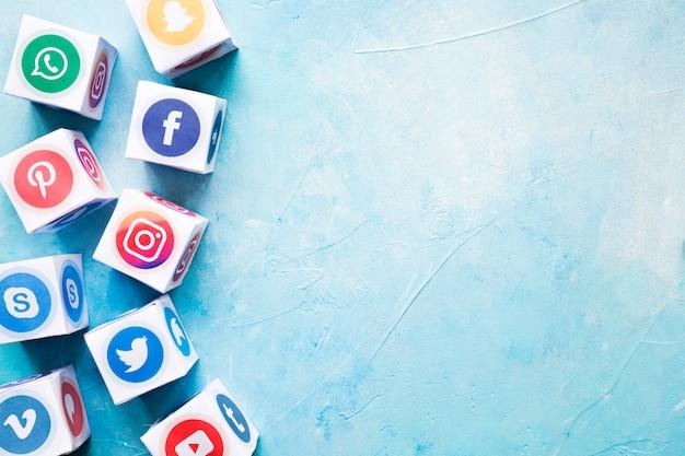 Set van verschillende sociale media blokken op blauwe geschilderde muur Premium Foto
