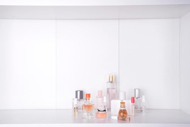 Set van verschillende vrouw parfums geïsoleerd Premium Foto