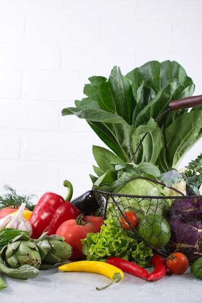 Set van verse groenten op een witte achtergrond. paksoi peper kool greens artisjok courgette komkommer tomaat knoflook Premium Foto