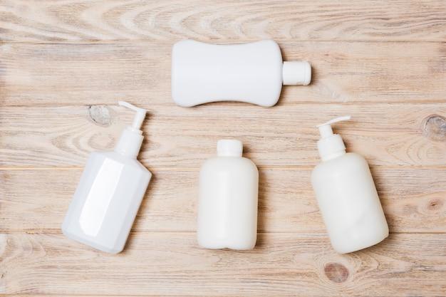 Set van witte cosmetische containers op houten Premium Foto