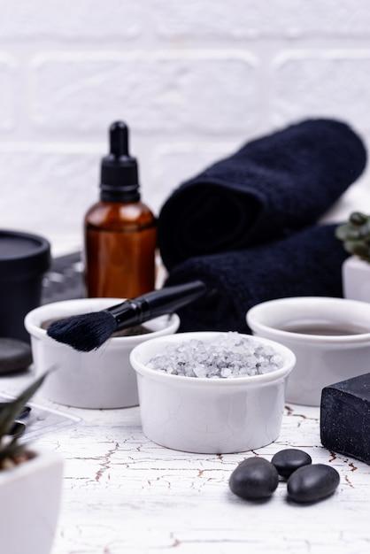 Set van zwarte houtskool detox cosmetica Premium Foto