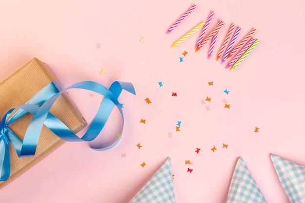 Set verjaardag elementen op roze achtergrond Gratis Foto
