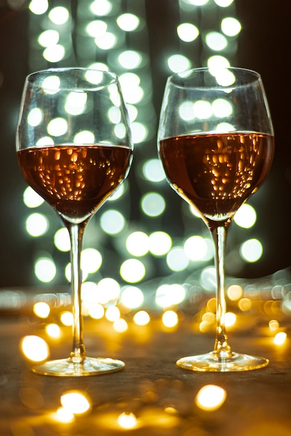 Set wijnglazen op een tafel Gratis Foto
