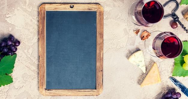 Set wijnvoorgerechten: selectie franse kaas, druiven en walnoten Premium Foto
