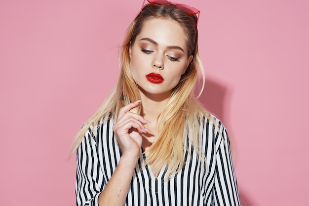 Sexy blondemeisje op een roze achtergrond Premium Foto