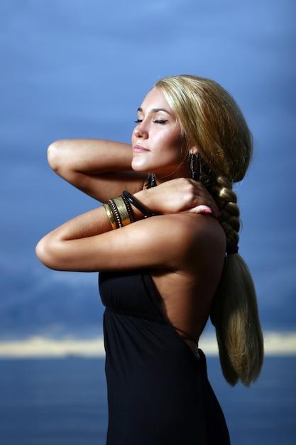 Sexy en luxe vrouw op de zonsondergang Gratis Foto