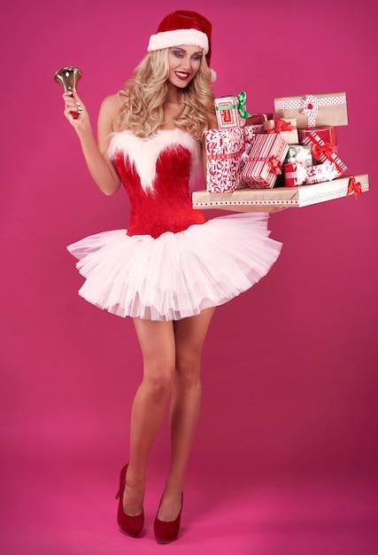 Sexy kerstman met kerstcadeautjes en bel Gratis Foto