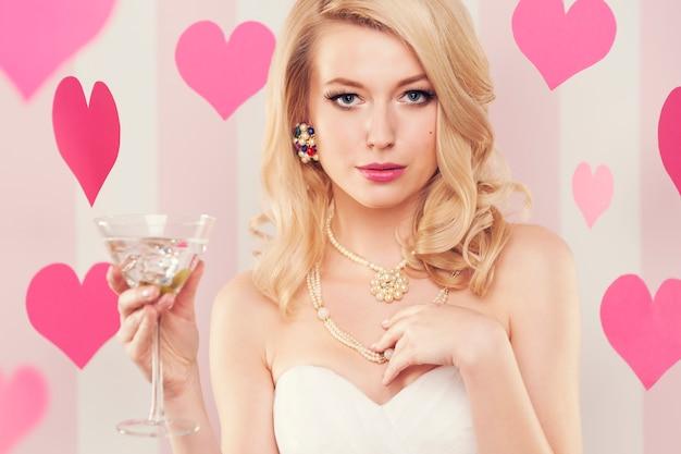 Sexy luxe vrouw met glas met margarita Gratis Foto
