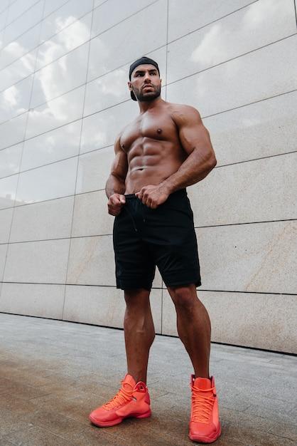 Sexy man poseren topless in de hete zon. fitness. lifestyle. Premium Foto