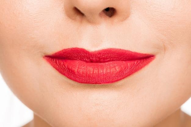 Sexy rode lip. close-up mooie lippen. bedenken. schoonheid model vrouw gezicht close-up Gratis Foto