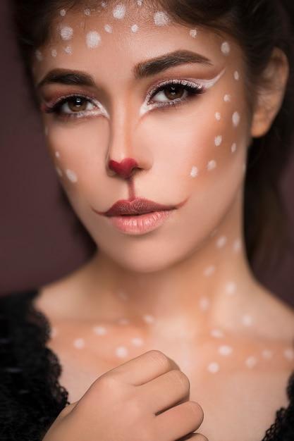 Sexy schoonheid meisje met kat make-up op haar gezicht Gratis Foto
