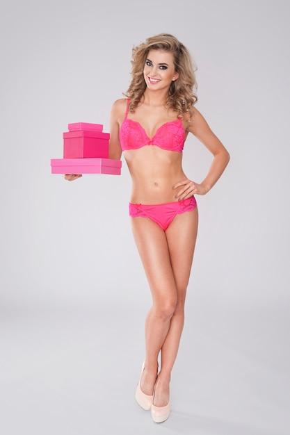Sexy vrouw in lingerie en roze geschenken Gratis Foto