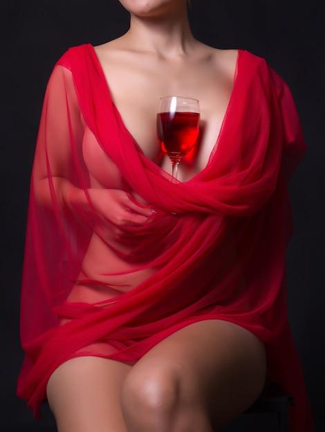Sexy vrouw in rode doek en de wijngaard bril Premium Foto